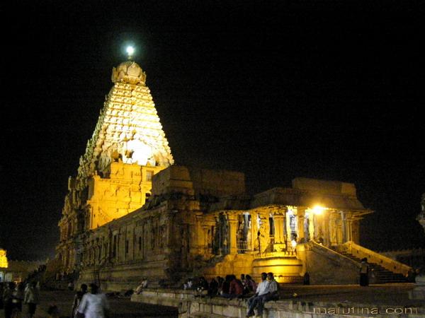 Вид на ночной храм...