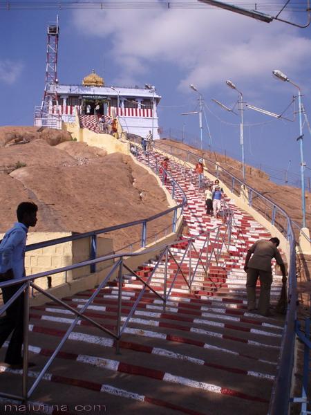 Последние ступени к храму на скале...